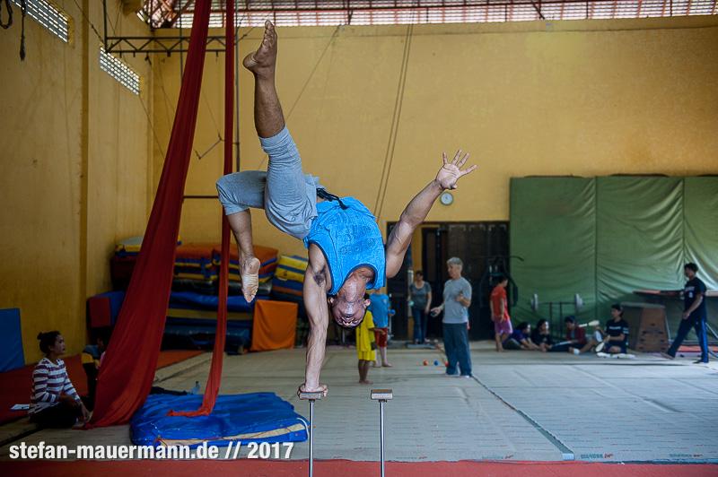 portage über Phare Circus, Cambodia